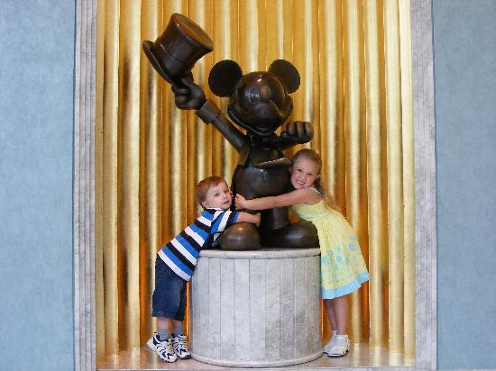 Disney's Hollywood Hotel: Kids hugging Mickey