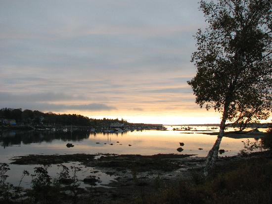 Harbor View Motel And Cottages : Sunrise from the front of our cottage