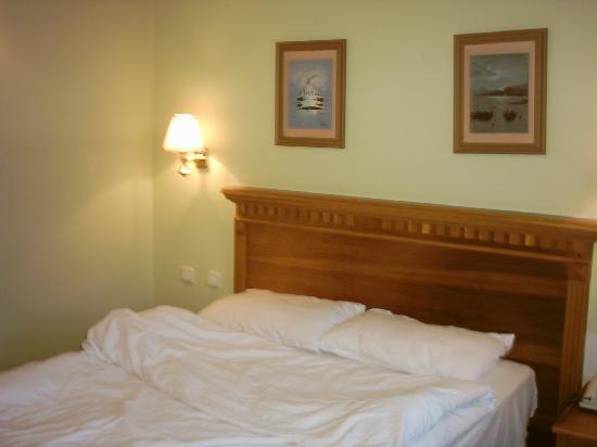 Santa Sophia Hotel : It does have a bedspread:-)