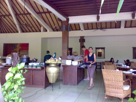 Risata Bali Resort & Spa: restaurant facing to the pool