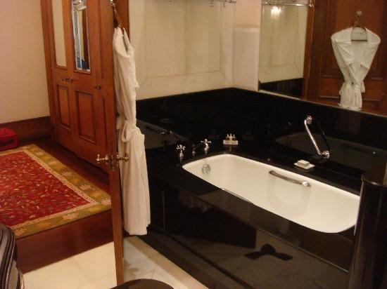 Rambagh Palace: The bathrub in the bathroom
