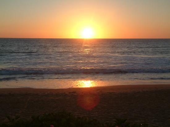 LazyDays Beach Bar and Restaurant: Sunset at lazydays in Canoa