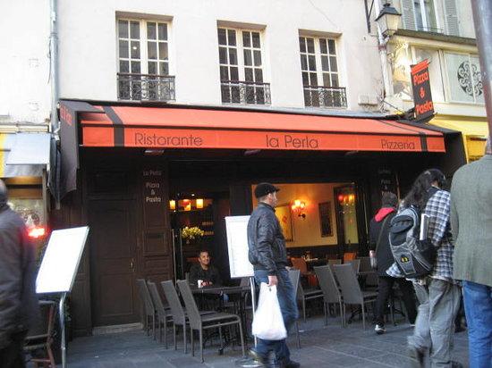 La Perla - Restaurant Italien : La Perla great food and great location make it a great place to dine.