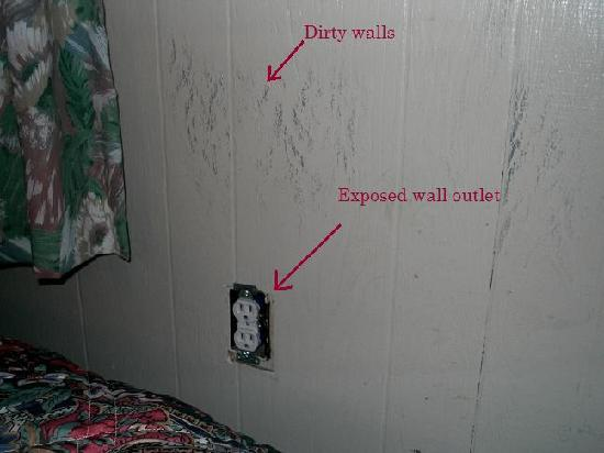 National 9 Motel: Outlet in room and walls
