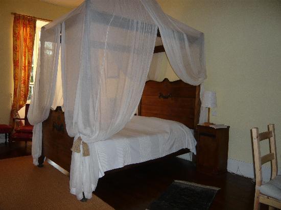 La Résidence : Canopied bed