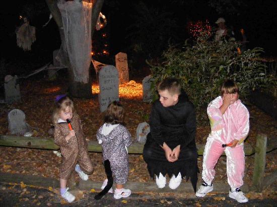 Grant's Farm: Spooky graveyard
