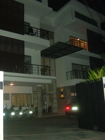 Studio 99 Serviced Apartments: Night view of the Studio99 - mine is on the 1st floor (right)
