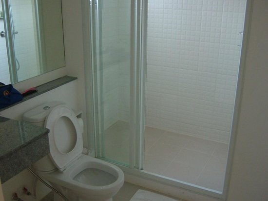 Studio 99 Serviced Apartments: Clean toilet