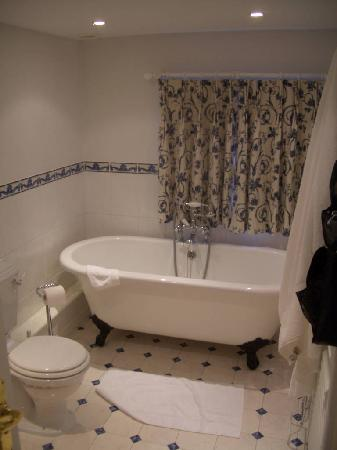 The Old Vicarage: Large bathroom with bathtub