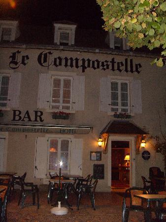 """Vézelay, France : """"Le Compostelle"""" à la tombée de la nuit"""
