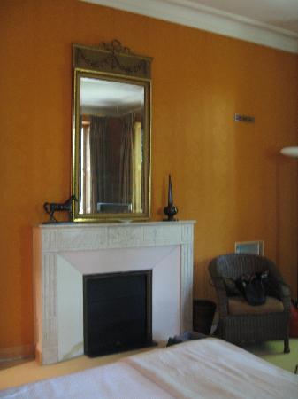Le Chateau des Alpilles : Fireplace our room