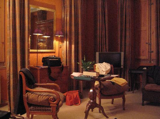 Le Chateau des Alpilles : Room at night
