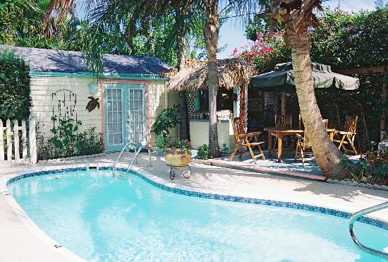 Tropical Gardens Bed & Breakfast: Pool, Cabana and Tiki Bar