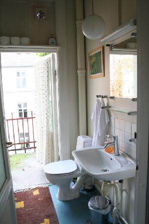Copenhagen International B&B: The half bath with balcony