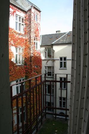 Copenhagen International B&B: View into courtyard from balcony