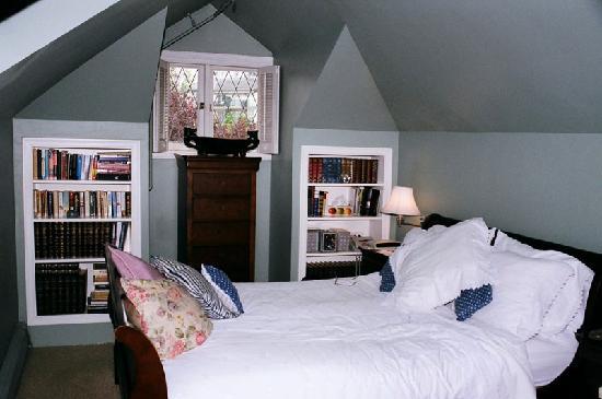 English Bay Inn: Bed (upstairs)