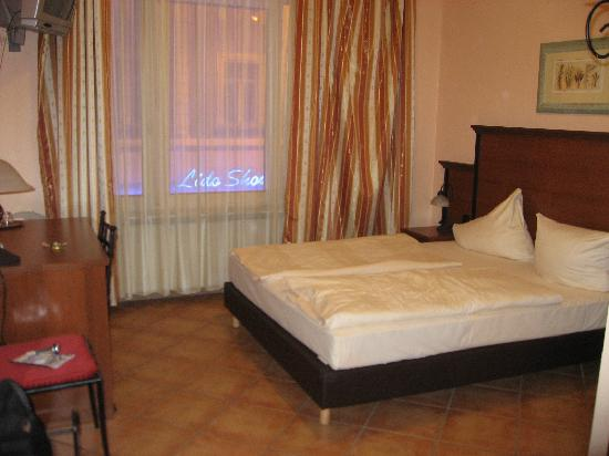 City Hotel-West: Our room