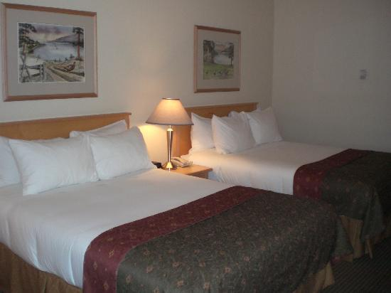Best Western Plus Kelowna Hotel & Suites: Standard room with two beds
