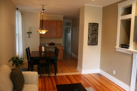 Roscoe Village Guesthouse : dining room