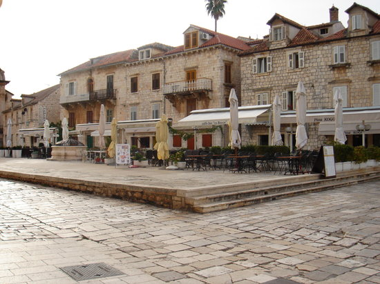 Hvar, Kroatië: town square gogeous old italian feel to it
