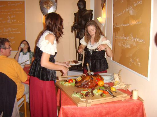 Muhldorf am Inn, Γερμανία: Spanferkel beim Ritteressen
