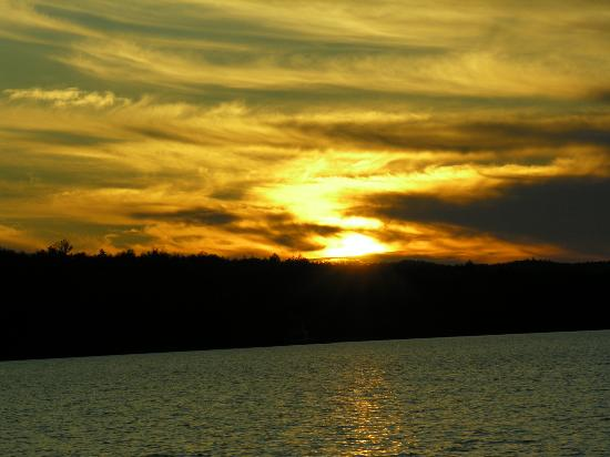 Nelson's Cottages: Sunset at the lake