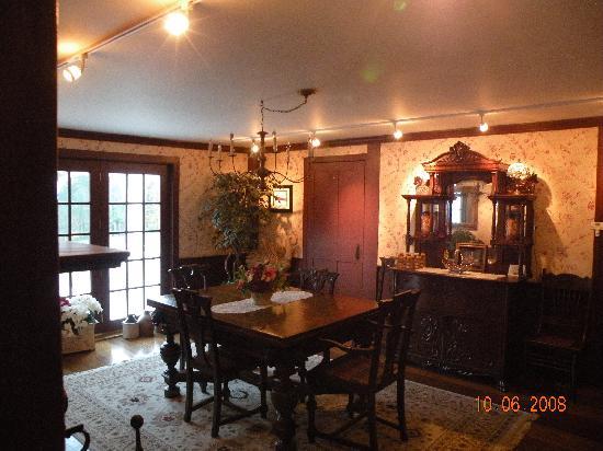 Applewood Manor Bed & Breakfast: Dining room