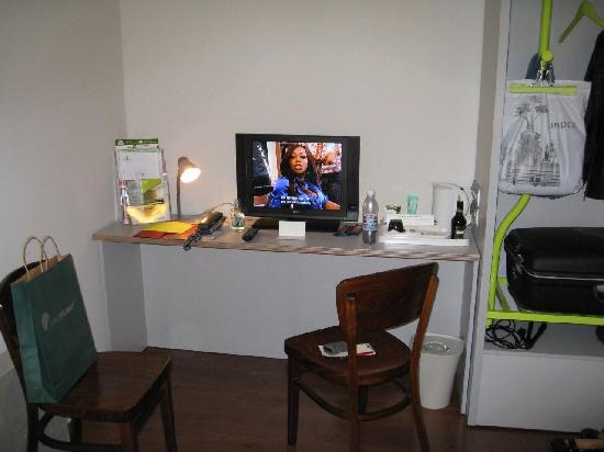 Campanile Lodz: Desk with small TV. No english channels