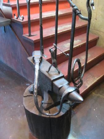 La Forge a Pique Assaut: Intricate staircase design