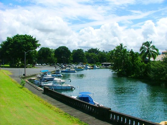 Hilo, Hawaï : K. Ave. nearby Bayfront harbor