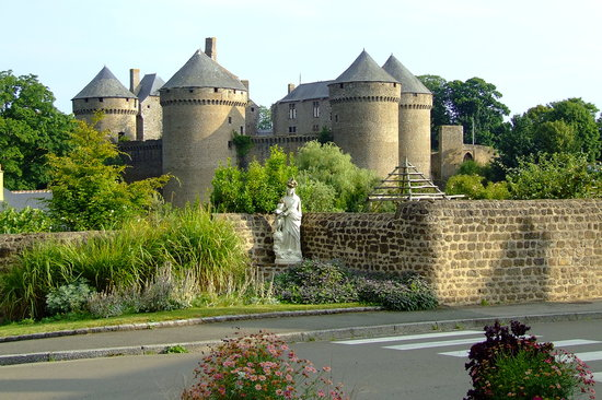 Mayenne, Франция: View of one of the castles at Lassay les Chateaux ,