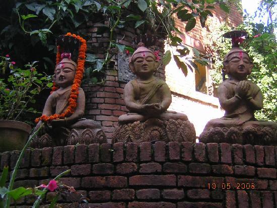 Hotel Vajra : statues in the Vajra garden