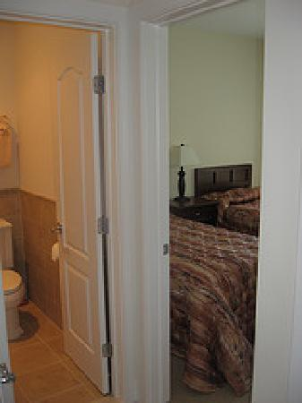 Cliffside Resort Condominiums: 1st bedroom as you walk into the suite, shows the bathroom next door