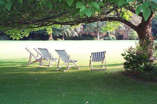 Chateau de Beauvoir : Time out on the lawn