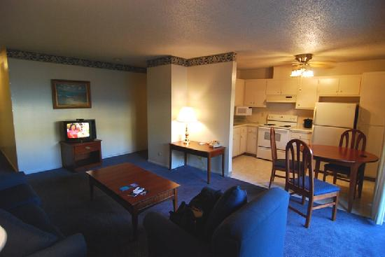 كورال ريف إن آند سويتس: Living room & Kitchen