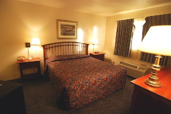Coral Reef Inn & Suites: Bed room