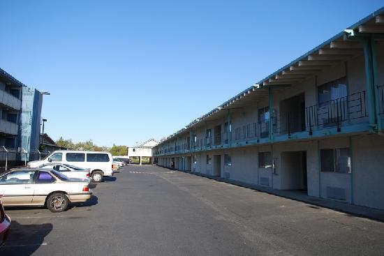 Coral Reef Inn & Suites: Parking Area