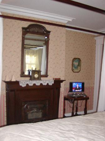Olcott House Bed and Breakfast Inn: Fireplace #2 in bedroom