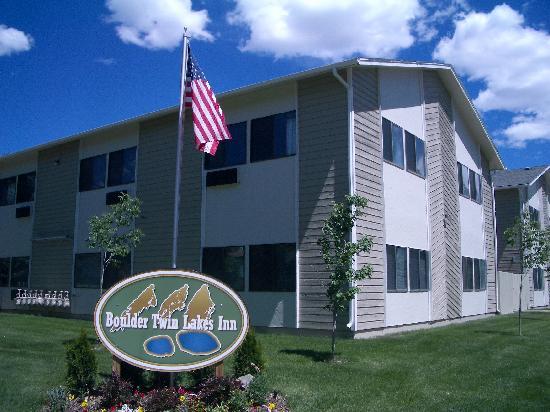 Boulder Twin Lakes Inn: 春はホテルの周りのお花もきれいです