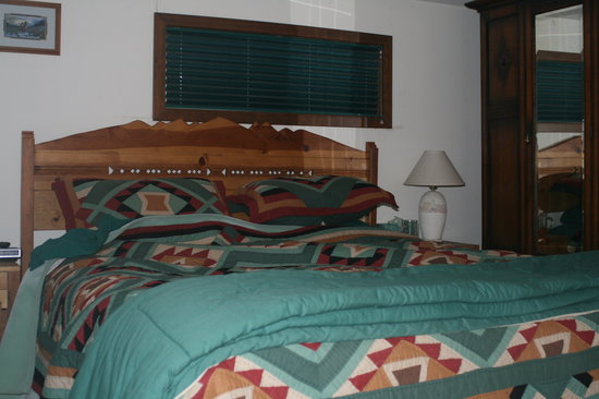DiamondStone Guest Lodges: Comfortable King Bed!