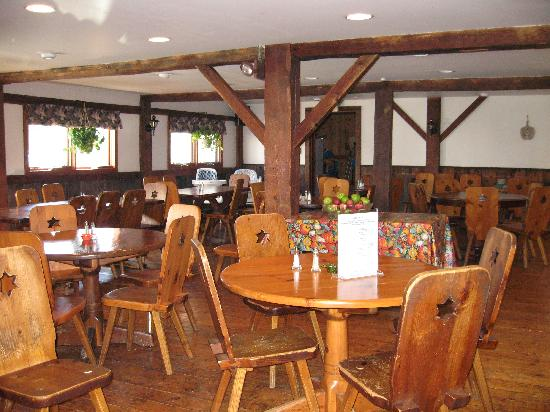Mountain Meadows Lodge: The rustic but very clean dinning room.