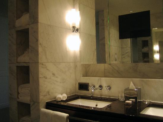 The Dolder Grand : fontional bathroom with warm towels