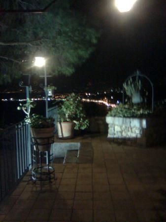 Bel Soggiorno: night time patio