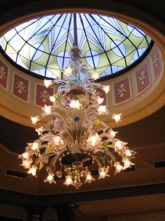 Hotel Esplanade Prague: Dining room chandelier