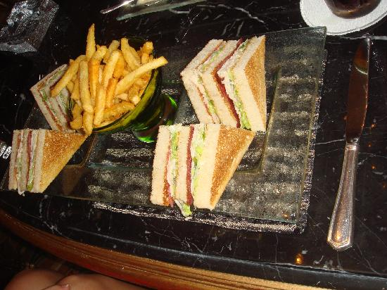 Four Seasons Hotel Cairo at the First Residence: Club sandwich au bar