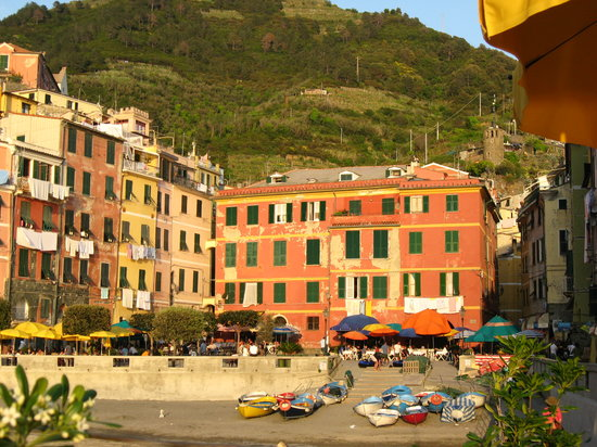 Vernazza, İtalya: Harbourfront at sunset