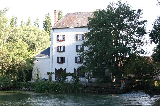 Le Moulin Fleuri: Overlooking the Mill Pond
