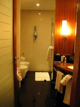 Jumeirah Emirates Towers: Bathroom