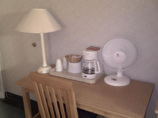 Fiesta Inn and Suites: Amenities on the table. Lamps aren't plugged in, no outlets!