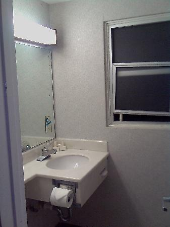 Fiesta Inn and Suites: Bathroom. Window won't stay up. Bars are on the windows, too.